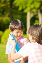 野外で遊ぶ親子のイメージ写真