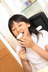 食事をする子供のイメージ写真