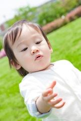 のびのびと遊ぶ子供のイメージ写真