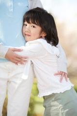 大人を頼る子供のイメージ写真