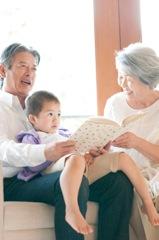 家族が子育ての協力をするイメージ写真
