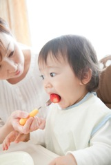 食事をする赤ちゃんのイメージ写真