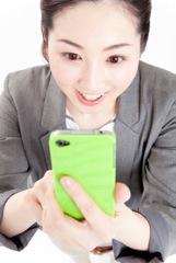 転職サイトを見る女性のイメージ写真